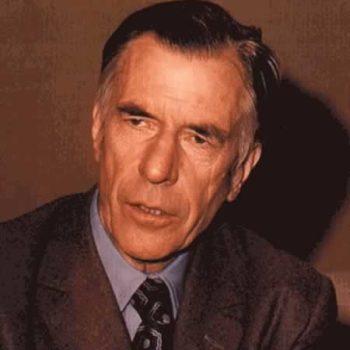 Джон Гэлбрейт – американский экономист. Он является одним из самых крупных, влиятельных теоретиков-экономистов прошедшего столетия. Автор многих работ по экономике, которые получили высокую литературную ценность. Первый литературный труд, принесший значительную известность автору, носит название «Американский капитализм: концепция уравновешивающей силы». В этой работе были отражены его леволиберальные взгляды. Очень широко известна ироничная работа под названием «Новое индустриальное государство». Детские годы, отрочество, юность Будущий экономист появился на свет в октябре 1908 года в Канаде в семье шотландцев, эмигрировавших в Канаду в 18 веке. В 1937 году принял гражданство США. Ушел из жизни в 2006 году в Кембридже в США в возрасте 97 лет. Всего в семье было четверо детей. Отец работал школьным училищем и параллельно занимался фермерством. Мать – домохозяйка и общественный активист общины, в которой находилась семья. Мать Джона умерла рано, когда мальчику было всего 14 лет. Будущий экономист и автор многих работ сначала учился в школе, затем в колледже, где получил бакалавра по сельскохозяйственной экономике. Окончил университет в Торонто. В 1933 году стал обладателем степени магистра. В следующем 1934 году удостоился степени доктора наук. Карьера и достижения В 1934 году была начата преподавательская деятельность Джона. За годы своей жизни работал в нескольких университетах – Калифорнийском, Гарвардском, Принстонском. Был президентом Экономической американской ассоциации в 70-х годах, иностранным членом АН СССР в 80-х годах. Является лауреатом многих премий, представлял институциональное направление в экономической деятельности. В 1949-75-х годах является профессором экономики в Гарварде. Работал по вопросам цен во время Второй мировой войны, был послом в Индии (1961-63 года), советником президента Д. Кеннеди, Б. Клинтона. С декабря 1988 года – иностранный член ВАН по Определению проблем экономики мира, а также международных отношений. Последние годы жизни, не 