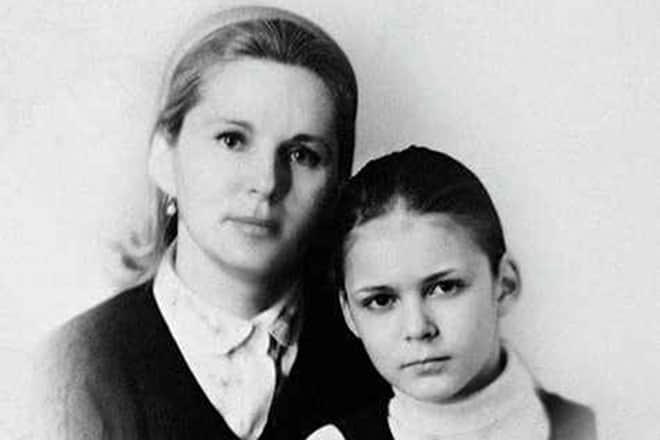 Алена Яковлева в детсве с мамой