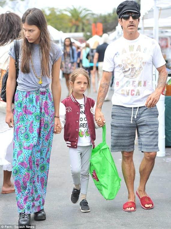 Энтони Кидис с женой и дочкой
