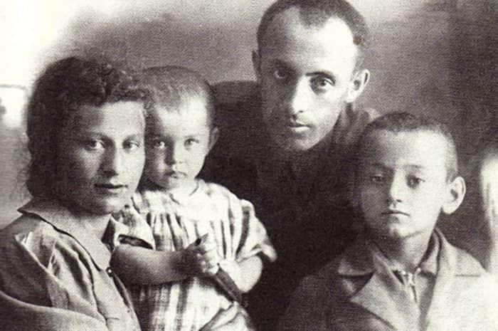 Семен Фарада в детстве с родителями