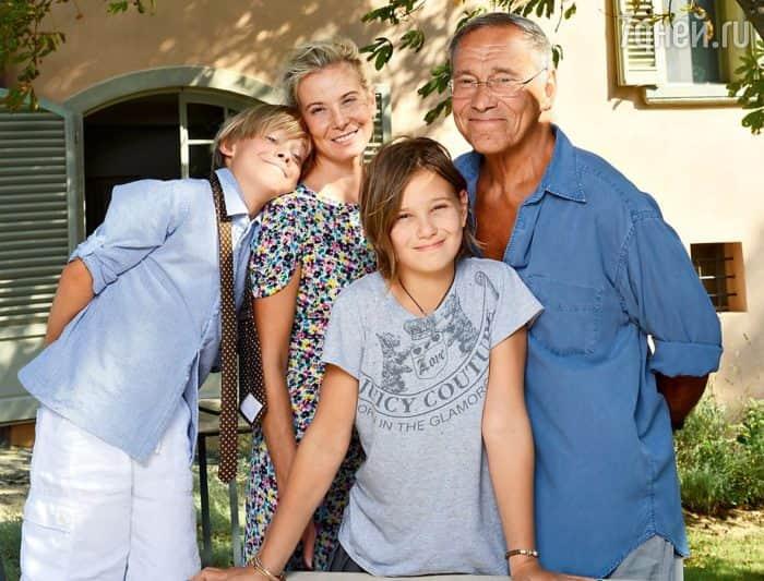 Андрей Кончаловский с семьей