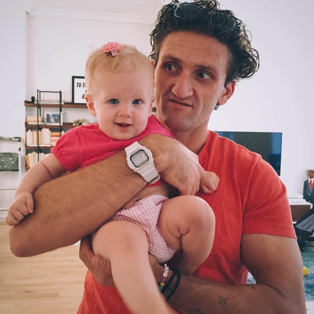 Кейси Нейстат с ребенком