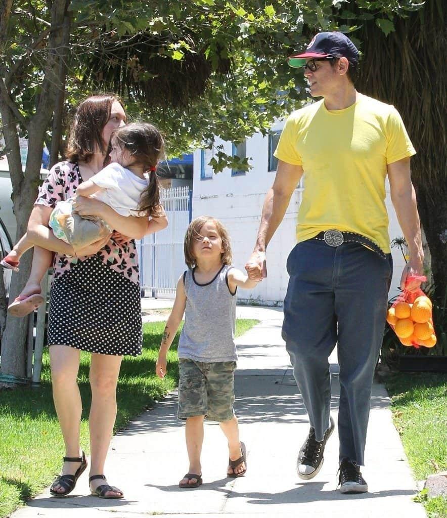 Джонни Ноксвилл с женой и ребенком