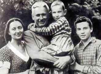 Александр Фадеев в детстве с семьей