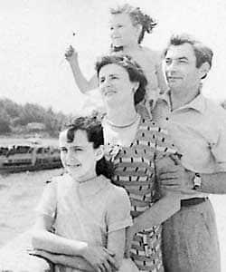 Петр Глебов с женой и детьми