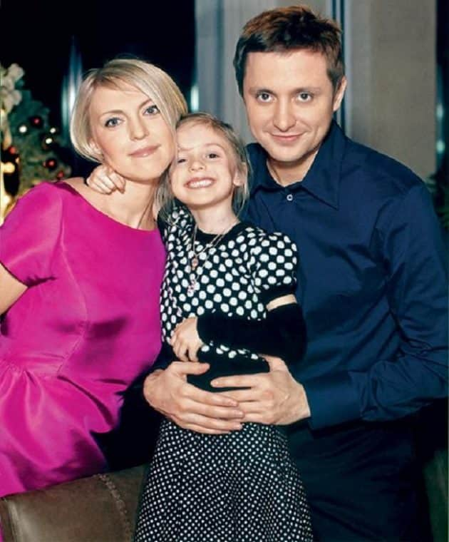Артем Михалков с женой и дочкой