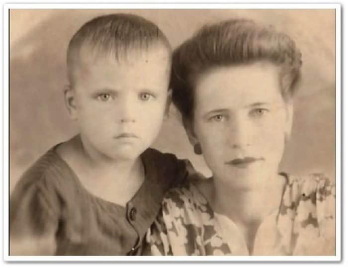 Валерий Приёмыхов в детстве с мамой