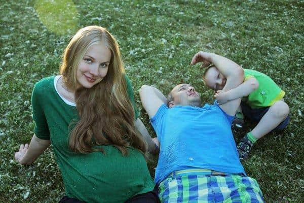 беременная ЕленаАросьева с мужем и ребенком