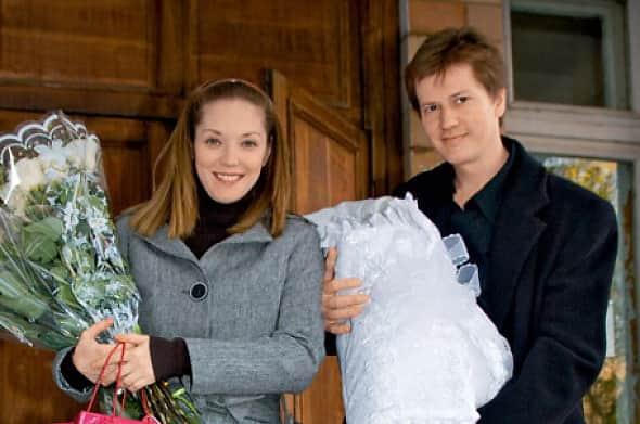 Мария Аниканова выходит с мужем из роддома