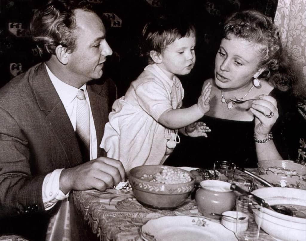 Алла Ларионова с мужем и ребенком
