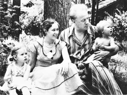 Михаил Жаров с семьей