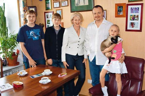 Владимир Шевельков с женой и детьми