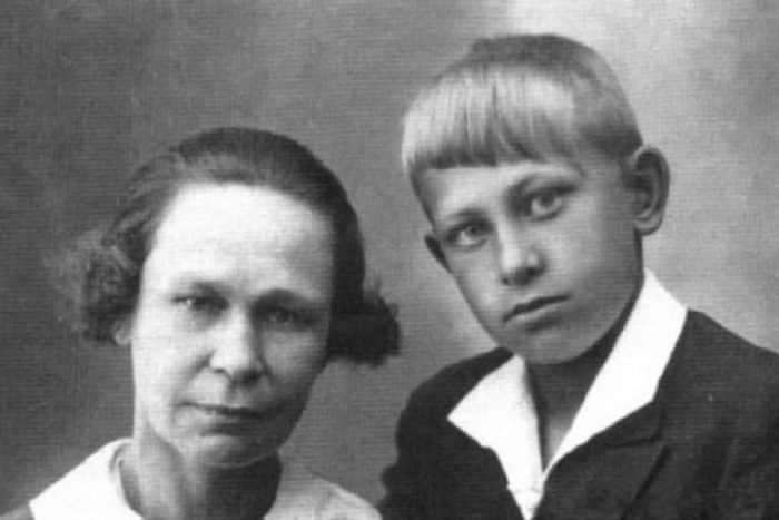 Евгений Евстигнеев в детстве с матерью