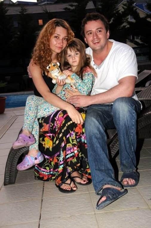 Никита Зверев с женой и ребенком