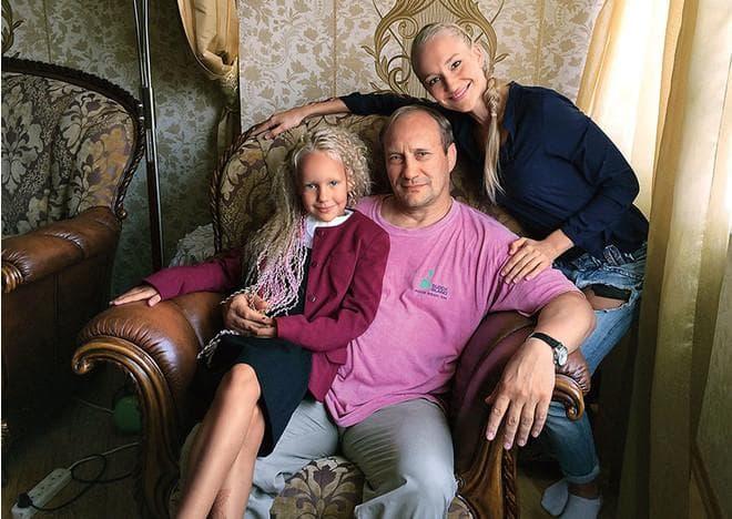 Евгений Сидихин с женой и дочкой