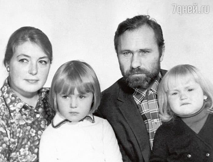 Василий Шукшин с семьей