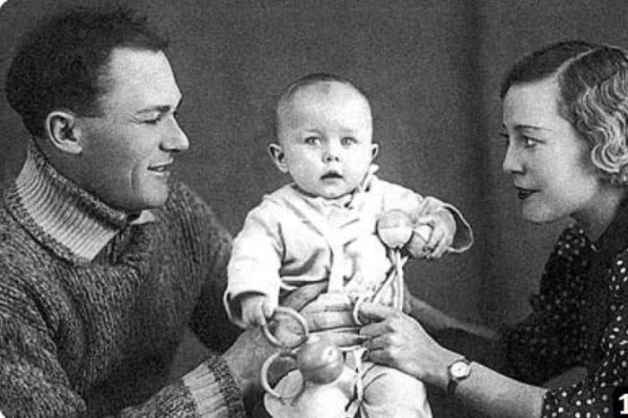 Сергей Лукьянов с женой и ребенком