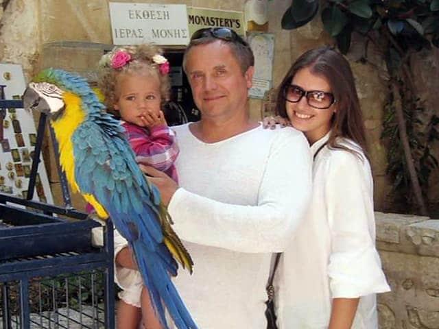 Андрей Соколов с женой и ребенком