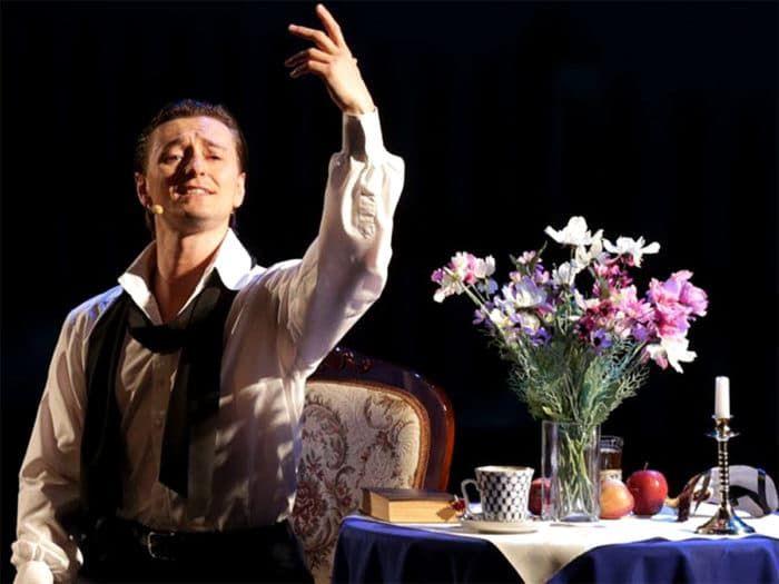Сергей Безруков играет в театре