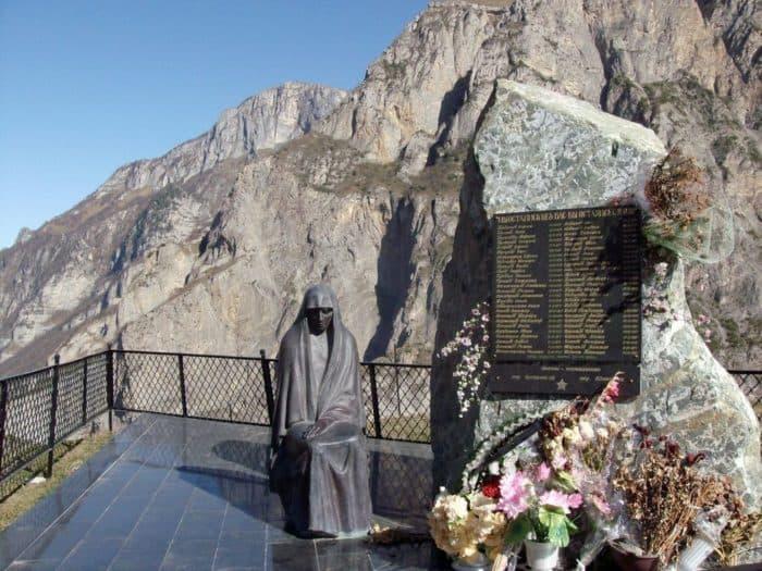 Памятник погибшим в Кармадонском ущелье