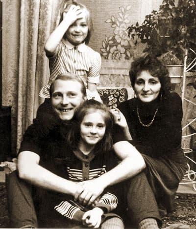 Анна Казючиц в детстве с семьей