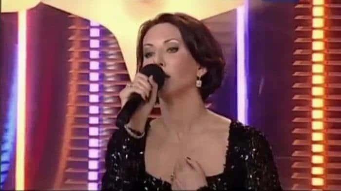 Алика Смехова выступает на концерте