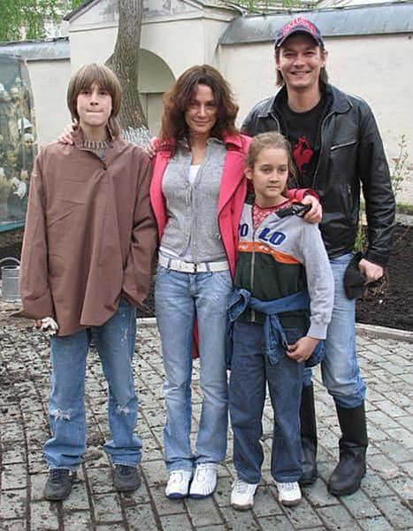 Филипп Янковский с женой и детьми