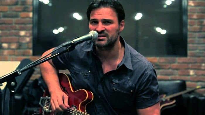 Александр Дьяченко играет на гитаре