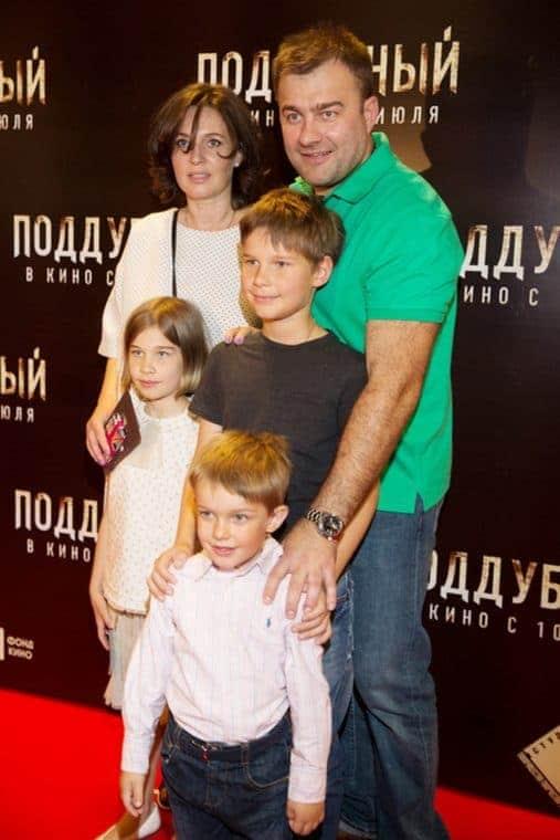 Михаил Пореченков с женой и детьми