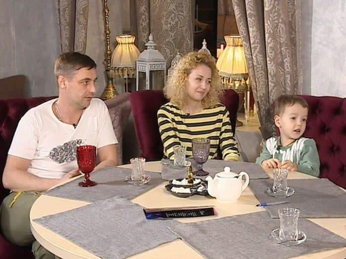 Антон Батырев с женой и ребенком
