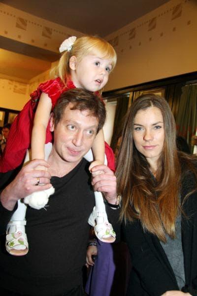 Михаил Трухин с женой Анной Нестерцовой и дочкой