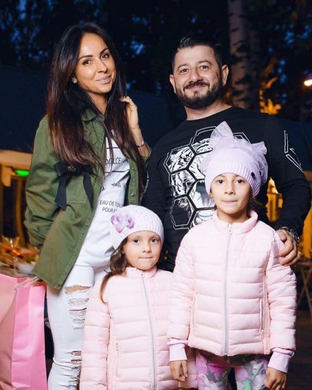 Михаил Галустян с женой и дочками