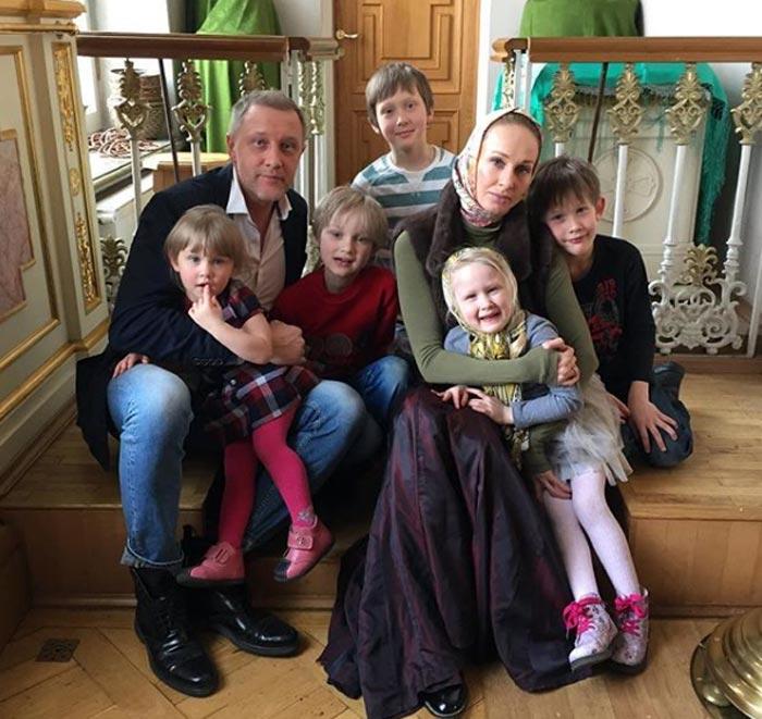 Полина Невзорова с мужем и детьми