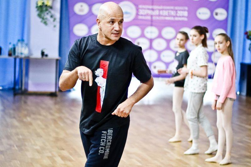 Егор Дружинин обучает танцам