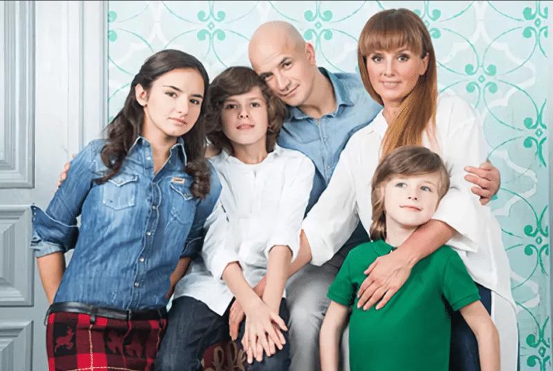 Егор Дружинин с женой и детьми