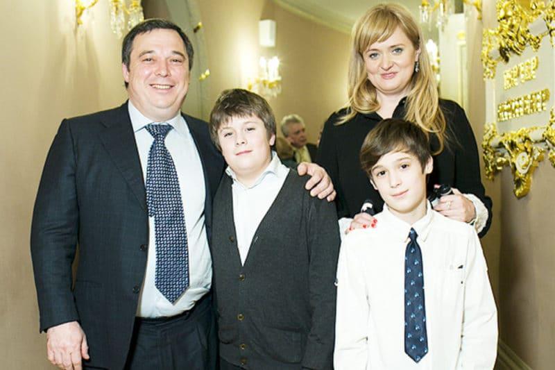 Анна Михалкова с мужем и детьми