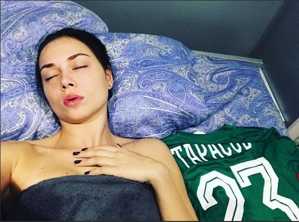Настасья Самбурская спит с футболкой Дмитрия Тарасова