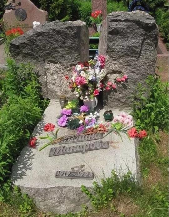 Могила Галины Макаровой