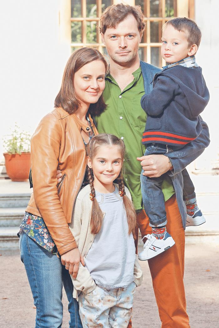 Илья Носков с женой Полиной Васильевой и детьми
