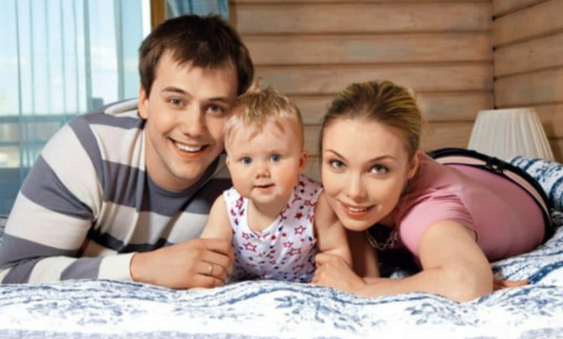 Иван Жидков с женой Татьяной Арнтгольц и ребенком