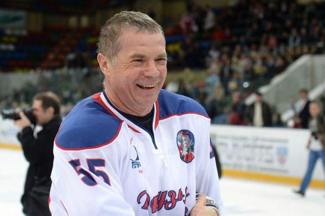 Александр Медведев играет в хоккей