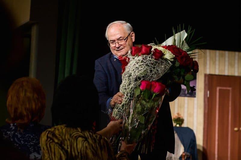Всеволод Шиловский на сцене принимает поздравления