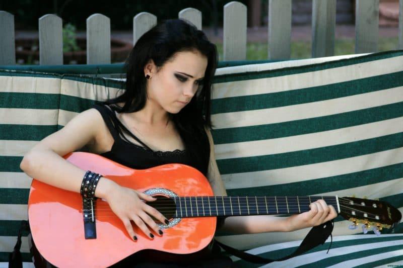 Анна Кошмал играет на гитаре