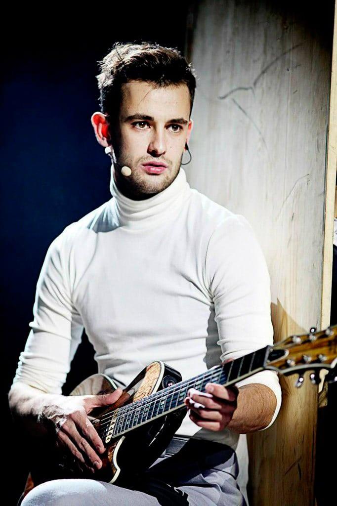 Риналь Мухаметов играет на гитаре