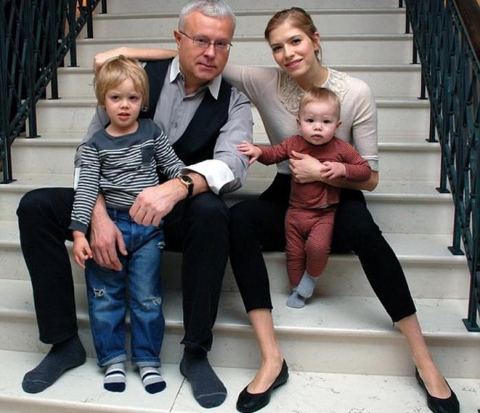 Александр Лебедев с женой и детьми