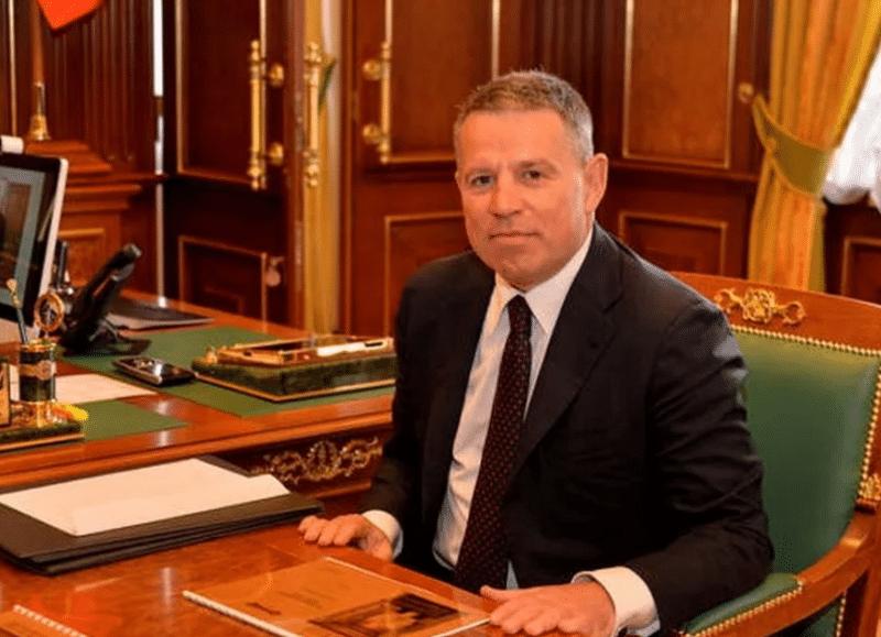 Андрей Комаров в своем кабинете