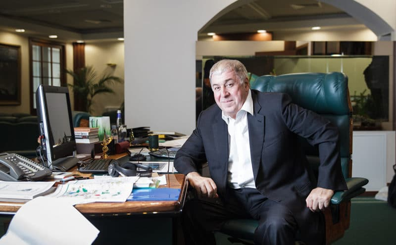 Бизнесмен Михаил Гуцериев в своем кабинете