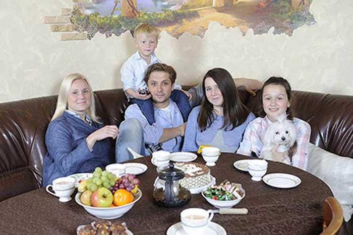 Роман Маякин с семьей