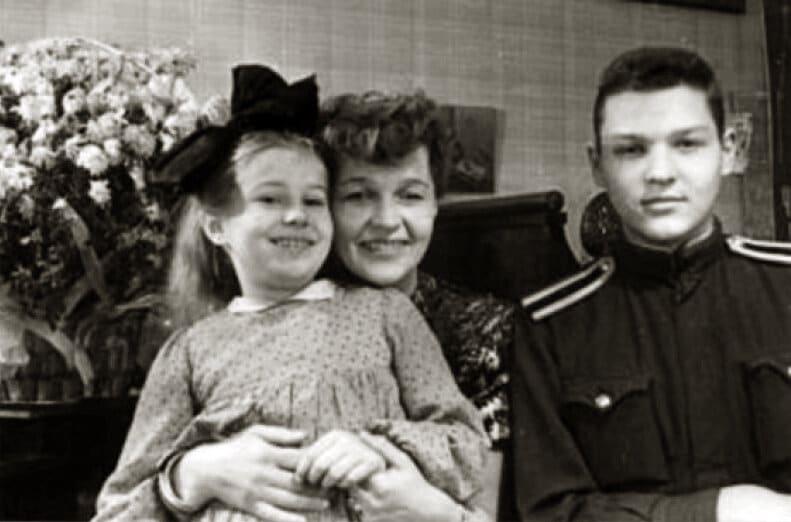 Вера Марецкая с детьми