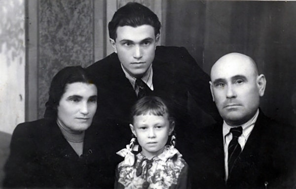 Евгения Гинзбург с семьей